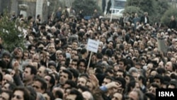 معلمان در دو سال گذشته بارها اقدام به برگزاری تجمع های مسالمت آمیز، از جمله در مقابل مجلس شورای اسلامی کرده اند.(عکس: ایسنا)