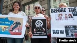 Представники української діаспори під час акції протесту проти агресії Росії проти України. Мілан, 9 червня 2015 року