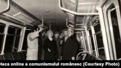 Nicolae Ceauşescu la Arad examinează prototipul vagonului de metrou. (11 ianuarie 1977) Sursa: Fototeca online a comunismului românesc; 4/1977