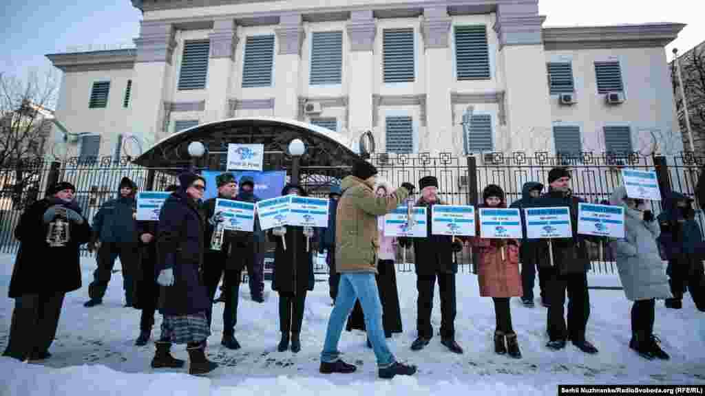 Під час акції активісти вишикувалися перед посольством з табличками, на яких були вказані імена зниклих кримчан