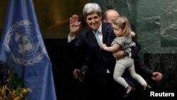 Госсекретарь США Джон Керри с внучкой после подписания Парижского соглашения, 22 апреля 2016