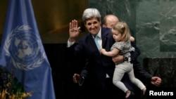 Госсекретарь США Джон Керри с внучкой после подписания Парижского соглашения. Нью-Йорк, 22 апреля 2016 года.