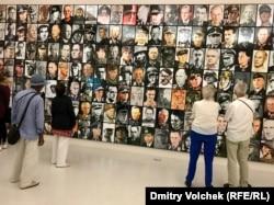 """Посетители """"Документы"""" разглядывают фотографии нацистов"""