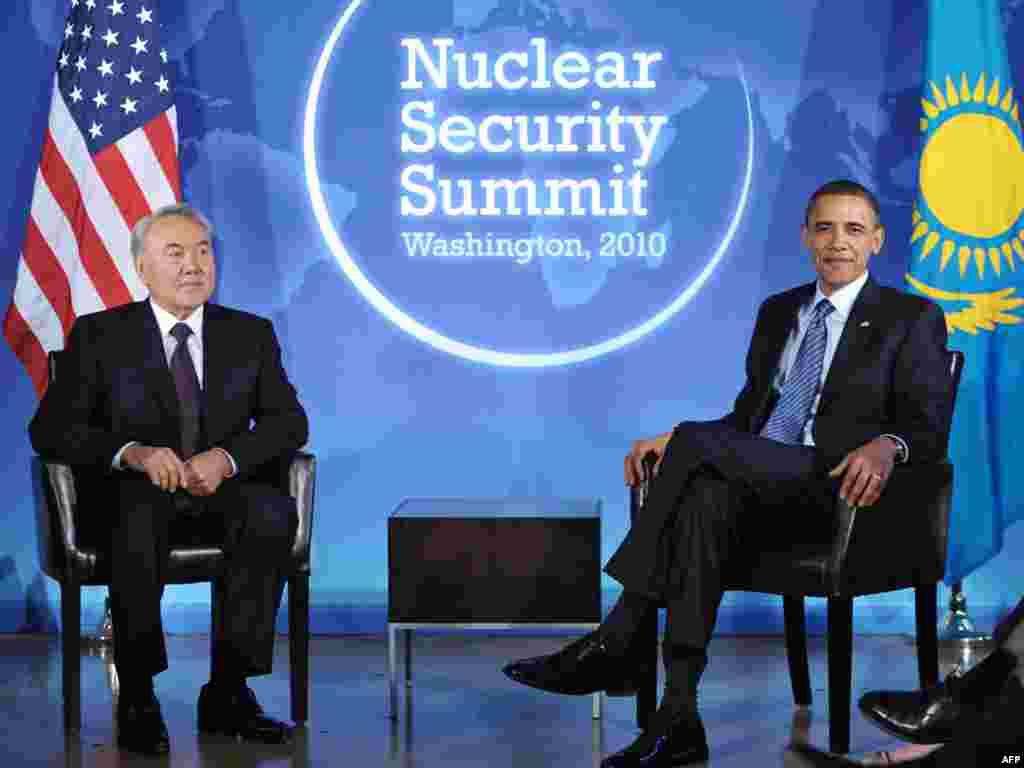 44-й президент США Барак Обама и президент Казахстана Нурсултан Назарбаев во время саммита по ядерной безопасности в Вашингтоне. 11 апреля 2010 года.