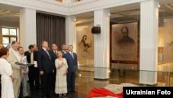 Виктор Янукович во вновь открытом музее Тараса Шевченко (Канев, 23 августа 2010 года).