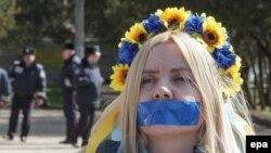 O ucraineancă la o demonstrație la Simferopol