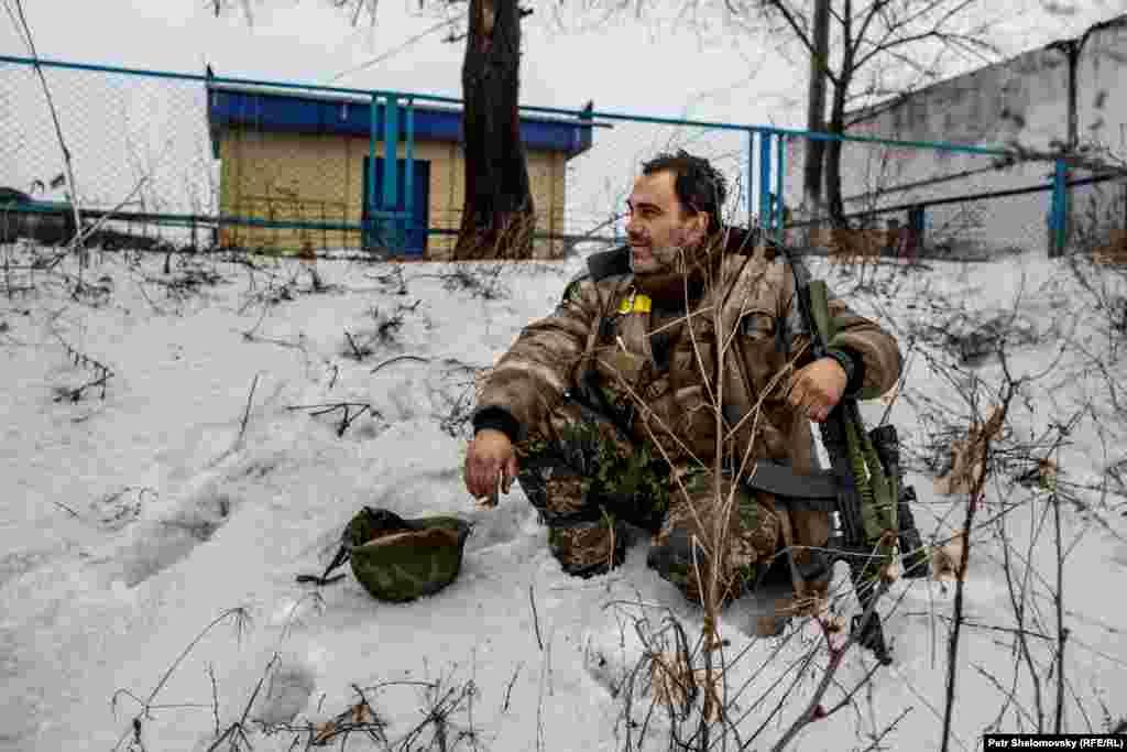Украинский военнослужащий укрывается от артобстрела в Дебальцево
