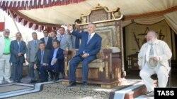 Нурсултан Назарбаев на съемочной площадке фильма «Кочевники». 17 февраля 2004 года.