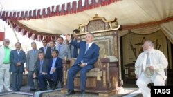 """Нурсултон Назарбоев, он замон президенти Қазоқистон дар майдони наворгирии филми бадеии """"Кӯчманчиён"""", 17 феврали соли 2004."""