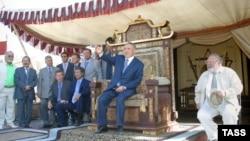 Президент Казахстана Нурсултан Назарбаев (в центре) на съемках фильма «Кочевники». 2004 год.