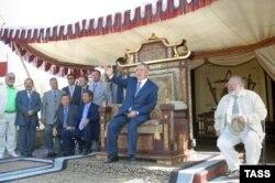 Президент Казахстана Нурсултан Назарбаев (в центре) сидит на декоративном троне на съемках фильма «Номад». 17 февраля 2004 года.