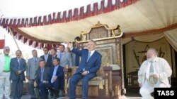Gazagystanyň prezidenti Nursoltan Nazarbaýew (ortada) we Rustam Ibragimbekow (sagda). 2004 ý.