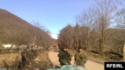 რუსი სამხედროები სოფელ პერევშის შესასვლელში, 2009 წელი.