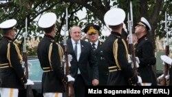Президент Грузии Георгий Маргвелашвили обходит строй почетного караула