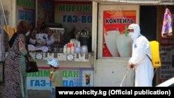 Оштағы базарды дезинфекциялап жүрген жұмысшы. Қырғызстан, 6 маусым 2020 жыл.