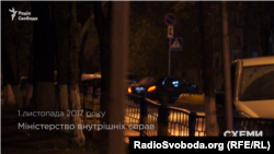 Через бокові ворота МВС заїжджає автомобіль, яким користується Ігор Котвіцький