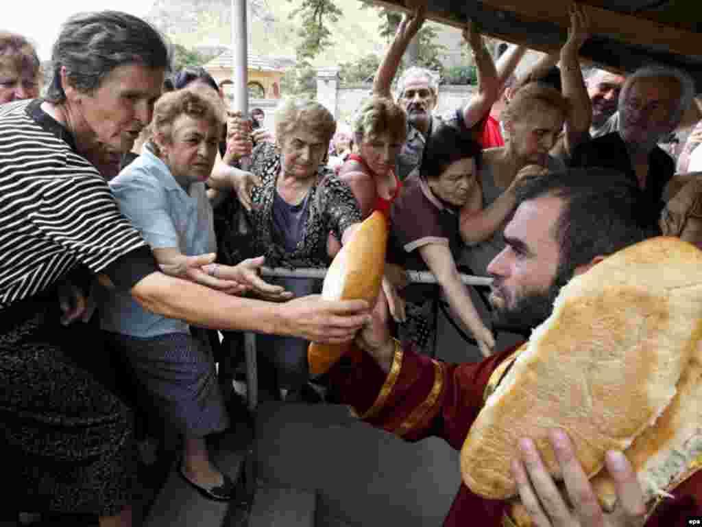 Раздача хлеба грузинской православной церковью жителям Гори, 20 августа 2008