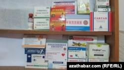 Ассортимент лекарственных препаратов в одной из частных аптек Туркменабада