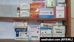 Ассортимент лекарственных препаратов в одной из частных аптек Туркменабада.