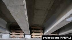 Драўляныя канструкцыі пад мостам