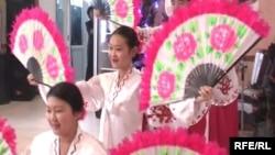 Девушки танцуют корейский народный танец на праздновании Восточного Нового года в Талдыкоргане.