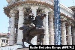 """Një nga skulpturat e vendosura në """"Shkupi 2014""""..."""