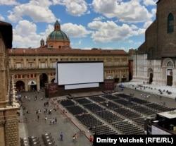 Кинотеатр на главной площади Болоньи