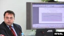 Глава организации «Фридом Хауз Европа» Владимир Школьников презентует доклад в Пражском офисе Радио «Свободная Европа»/Радио «Свобода». 30 июня 2009 года.