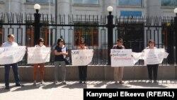 Правозащитники Кыргызстана на мирной акции возле Дома ООН в Бишкеке.
