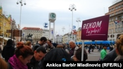 Građani Zagreba daju potpis za osnivanje REKOM-a, april 2011.