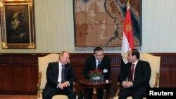 Президент России Владимир Путин (слева) и президент Египта Абдель ас-Сисси на встрече в Каире, 9 февраля 2015 года.