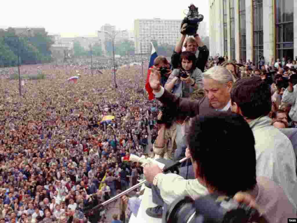 Борис Єльцин під час путчу, 19 серпня 1991 року