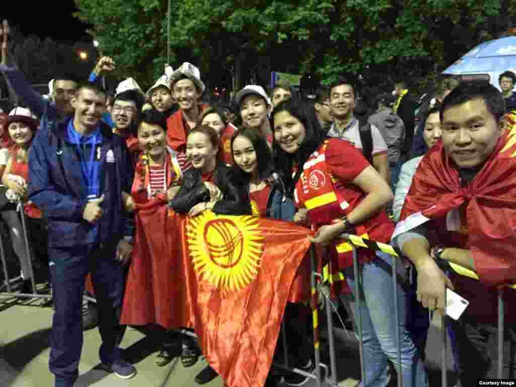 Звезды Сборной команды Кыргызстана фотографируются.