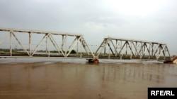 Железнодорожный мост через Араз в Саатлинском районе. Вода подступает