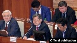 Жантөрө Сатыбалдиев баштаган өкмөт мүчөлөрү парламентте, 23-октябрь, 2013.