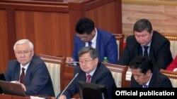 Заседание парламента Киргизии, на котором рассматривалось будущее рудника Кумтор.