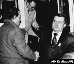 Адам Міхнік (ліворуч) із лідером польської «Солідарності» Лехом Валенсою після чергового раунду переговорів польської опозиції з комуністичним урядом. Варшава, 1989 рік