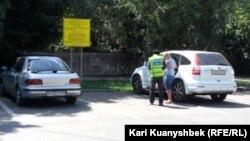 Водитель автомобиля и парковщик на месте парковки в Алматы. Иллюстративное фото.