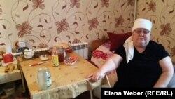 Жетім немересін қамқорлығына алған Сайран Әбенова әкімдік шығарғалы жатқан пәтерінде отыр. Қарағанды, 6 қараша 2017 жыл.