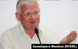 """Представитель оппозиционной партии """"ОСДП Азат"""" Петр Своик. Алматы, 10 июля 2012 года."""
