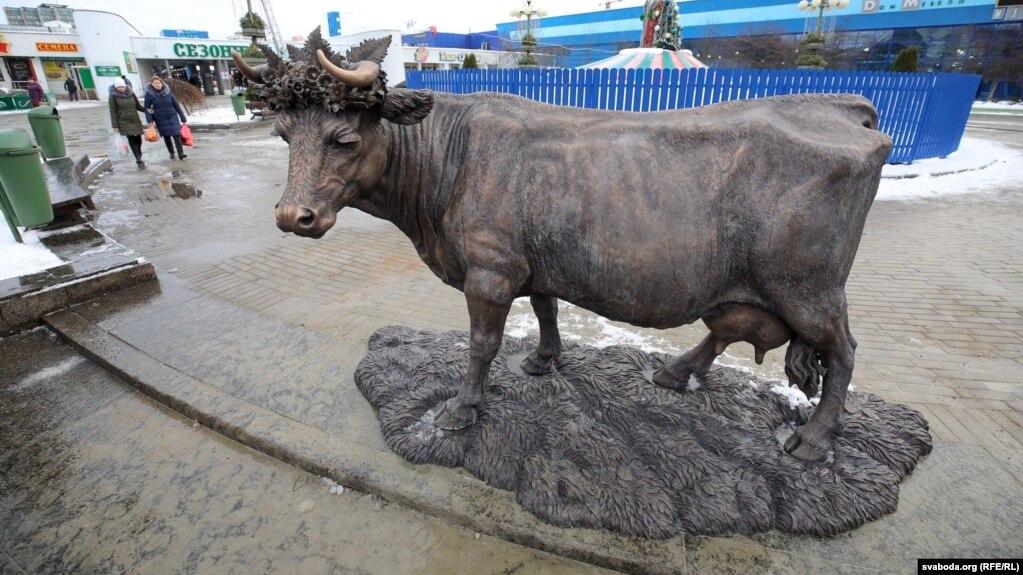 «Помнік карове» ля Камароўскага рынку ў Менску