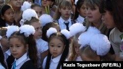 Ученики первого класса в окружении родителей на линейке в День знаний. Алматы, 1 сентября 2014 года.