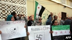 Sirijci koji žive u Libiji protestuju protiv Rusije i Kine ispred Ambasade Rusije u Tripoliju, 5. februar 2012.