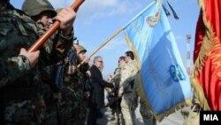 Мистерот за одбрана Талат Џафери ги пречекува македонските војниците кои се вратија од мисија во Авганистан, 21 јануари 2014..