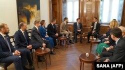 Bashar al-Assad (sağda ortada) Rusiya nümayəndə heyətini qəbul edir, arxiv fotosu