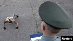 Офицер в Ставрополе оценивает физическую подготовку кандидатов на получение контракта для службы в армии