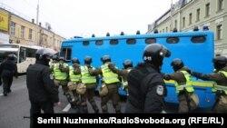Силовики біля автозаку із затриманими у Святошинському суді Києва, 25 жовтня 2017 року