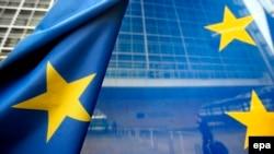 Zastava EU ispred zgrade Evropske komisije u Briselu