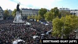 Párizsi megemlékezés Samuel Patyról, a meggyílkolt történelem tanárról 2020. október 18-án.