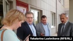 Депутат Заксобрания Кировской области Олег Березин (второй слева) с адвокатами
